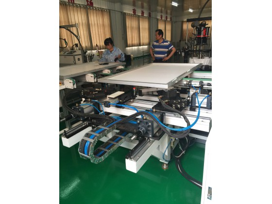 Online automatic solar panel framing machine and aluminum frame glue station